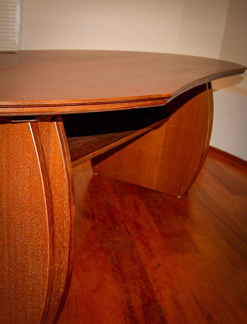 Schreibtisch aus runden Formen