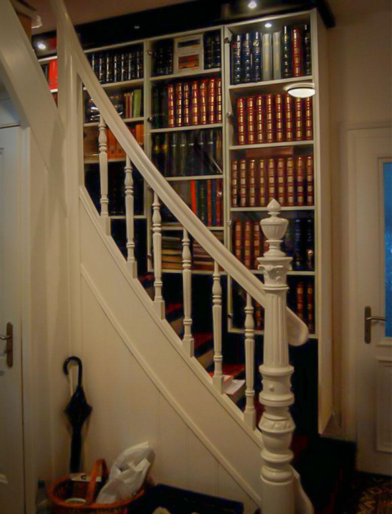 restaurierte Treppe mit Sammlervitrine