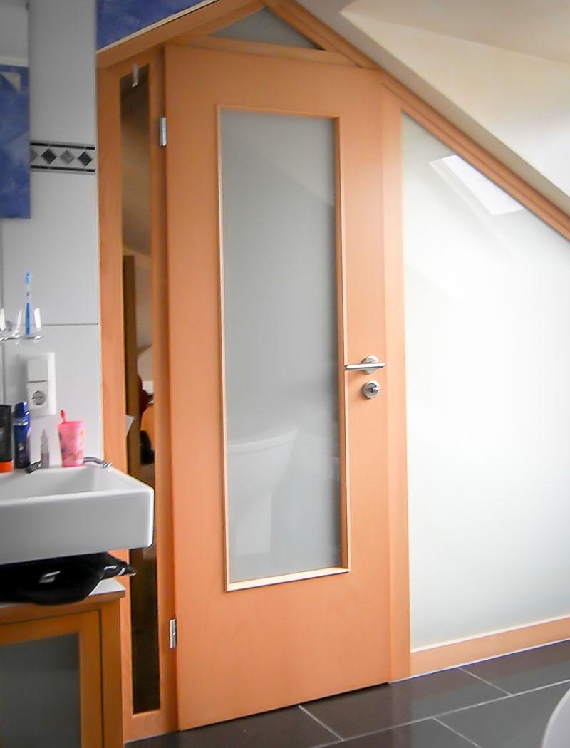 schräge Trennwand mit Tür